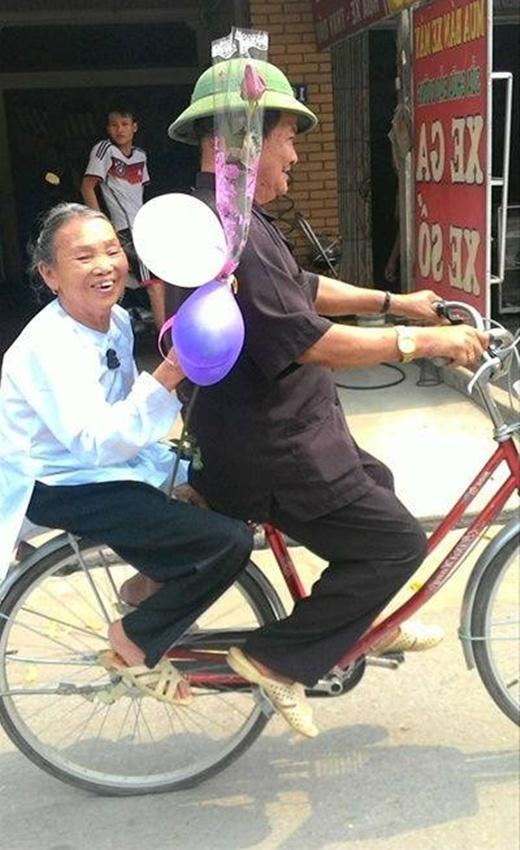 Nhìn nụ cười tươi cùng món quà đơn giản của cụ bà, cũng đủ hiểu cụ vui và hạnh phúc đến thế nào. Khoảnh khắc vô cùng hạnh phúc của cả hai ông bà đã khiến không ít bạn trẻ phải thốt lên ghen tị.