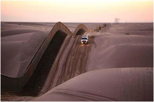 Đồi cát và hàng rào công phu ở miền nam California.