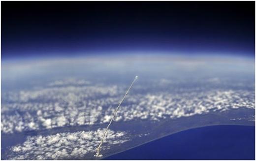 Cảnh tên lửa được phóng lên với góc nhìn từ ngoài vũ trụ.