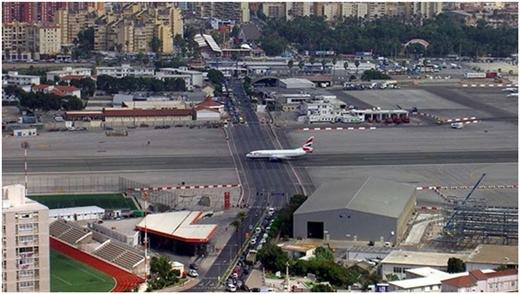 Sân bay quốc tế Gibraltarlà sân bay duy nhất có đường băng cắt ngang tuyến đường giao thông của các phương tiện khác.