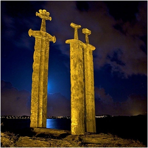 Bức tượng 3 thanh kiếm khổng lồ tại Na Uy.