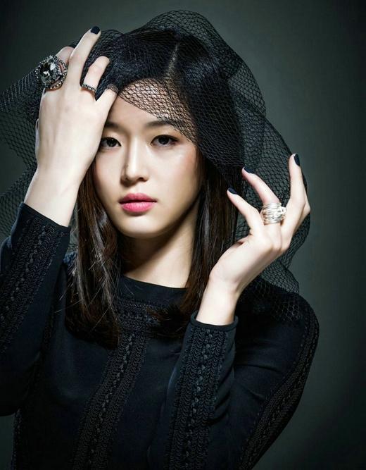 Cùng chia sẻ vị trí đầu bảng là mợ chảnh Jun Ji Hyun với giá cát-sê cho mỗi tập phim cũng ngang ngửa 2 tỉ đồng.