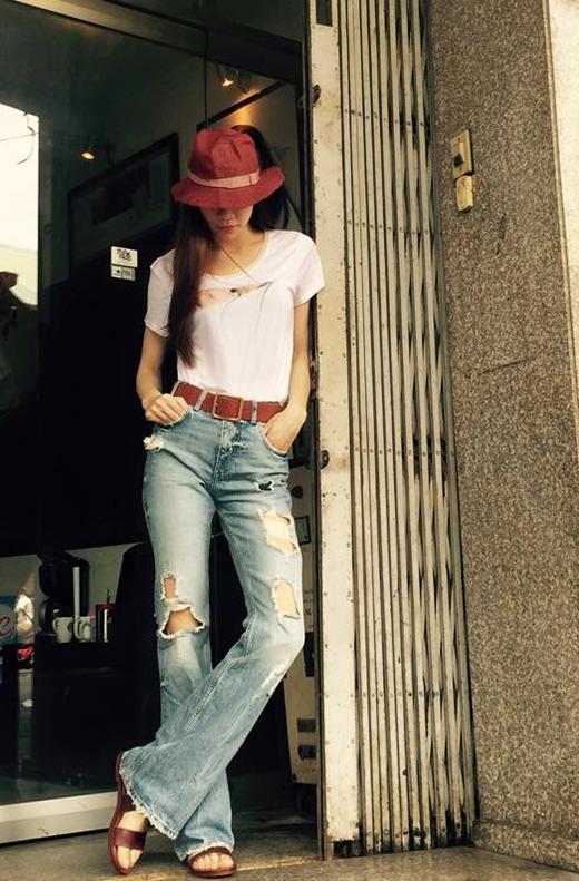 Trong một bộ trang phục khác, Hồ Ngọc Hà lại biến hóa cùng phong cách menswear cá tính, bụi bặm với quần jeans cạp cao ống loe hợp xu hướng. Dĩ nhiên, chiếc áo phông trắng không thể vắng mặt.