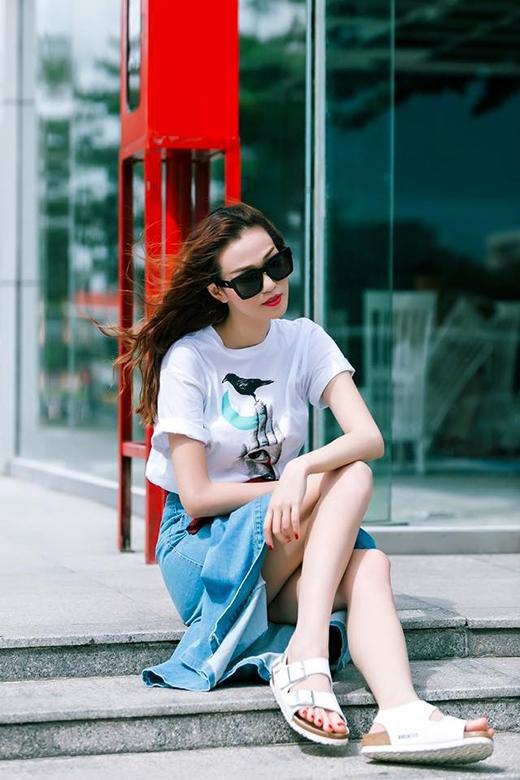 Dù với áo phông trơn hay được in họa tiết, Khánh My luôn minh chứng được gu thời trang tinh tế, hợp mốt bởi những sự kết hợp độc đáo, mới lạ.