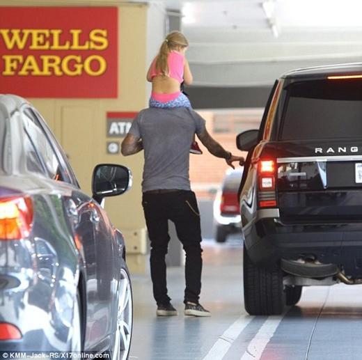 Hình ảnh của Beckham cõng Harper trên vai đến tận xe lại nhận được sự xuýt xoa hâm mộ từ dư luận.