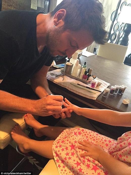 Có vẻ như bà mẹ Victoria vô cùng hạnh phúc khi nhìn thấy sự chăm sóc chu đáo của Beckham với con gái cưng. Hình ảnh Beckham ngồi sơn móng tay cho Harper được Vic đăng cách đây không lâu đang nhận được sự yêu thích của cộng đồng mạng.