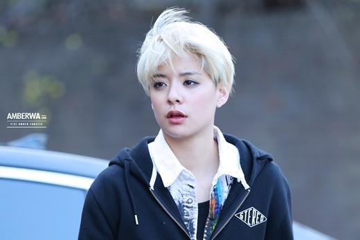 """Sở hữu vẻ ngoài tomboy cá tính, Amber (f(x)) đã để lại ấn tượng mạnh với cộng đồng fan Kpop từ những hình ảnh """"nhá hàng"""" đầu tiên. Dù không ít lần bị trêu chọc về vẻ ngoài nhưng cô nàng vẫn giữ vững quan điểm và phong cách từ trước đến nay."""