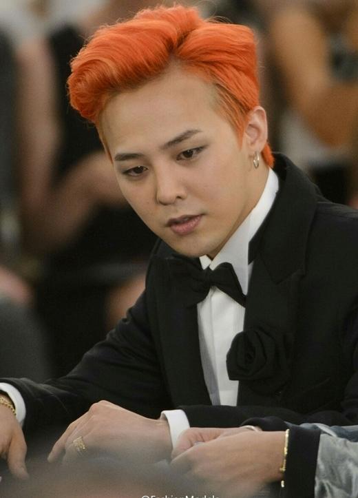 """Dù nhan sắc không thuộc hàng xinh lung linh nhưng G-Dragon vẫn thừa sức """"đốn tim"""" fan nhờ gương mặt sở hữu nhiều đường nét nữ tính cùng tài năng âm nhạc tuyệt vời. Không chỉ vậy, thời trang cá tính đôi khi có phần khó hiểu từ lâu đã trở thành thương hiệu của trưởng nhóm Big Bang."""