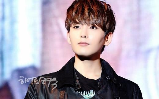 """Vẻ ngoài """"kẹo ngọt"""" cùng vóc dáng mảnh khảnh khiến cư dân mạng không ít lần hoài nghi về giới tính của Ryeowook (Super Junior). Dù vậy, đến nay anh chàng giữ vững quan điểm và được các fan ủng hộ cho phong cách đang theo đuổi."""