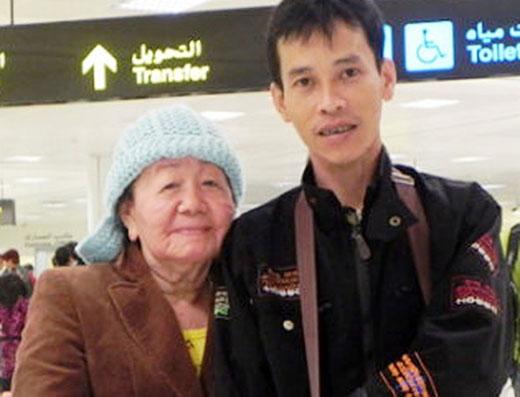 Vợ chồng chị Phượng tại nhà ga sân bay khi chuẩn bị sang Nga tham dự một chương trình của đài truyền hình nước sở tại, liên quan đến y khoa quốc tế về bệnh lão hóa. Ảnh gia đình cung cấp.