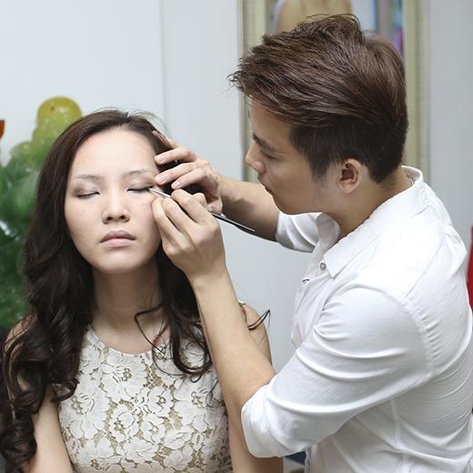 Với tông trang điểm tự nhiên theo kiểu Hàn Quốc, màu mắt khói pha chút nhũ ở phần đuôi mắt sẽ là một lựa chọn hoàn hảo.