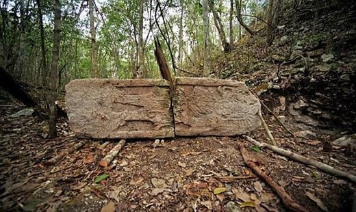 Bia mộ cổ thuộc khu di tích này.