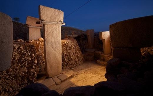 """Người cổ đại xây dựng Göbekli Tepe có ý nghĩa gì? Có phải họ chỉ đơn giản là khuân đá từ những nơi chỉ cách hang động vài bước chân rồi đem về và """"hóa phép"""" cho chúng thành những công trình đá khổng lồ?"""
