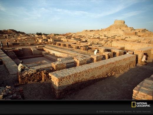Cổ vật nơi này rất giống ở Harapp - một thành phố cổ đại được khai quật trước đó không lâu và không quá xa (cáchMohenjo Daro600km về phía Nam).