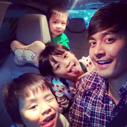 Là cha của 3 đứa trẻ, MC Phan Anh thể hiện hình ảnh một ông bố chu đáo của gia đình. - Tin sao Viet - Tin tuc sao Viet - Scandal sao Viet - Tin tuc cua Sao - Tin cua Sao