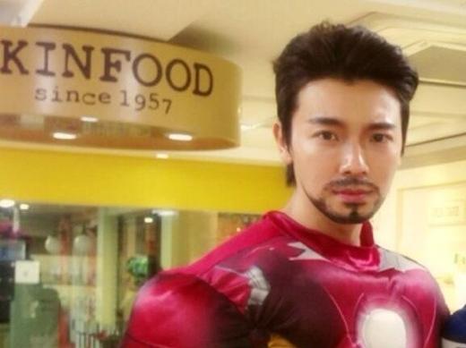 Donghae (Super Junior) trong bộ trang phục hóa thân thành Iron Manvới mái tóc và chòm râu không thể lẫn đâu được.