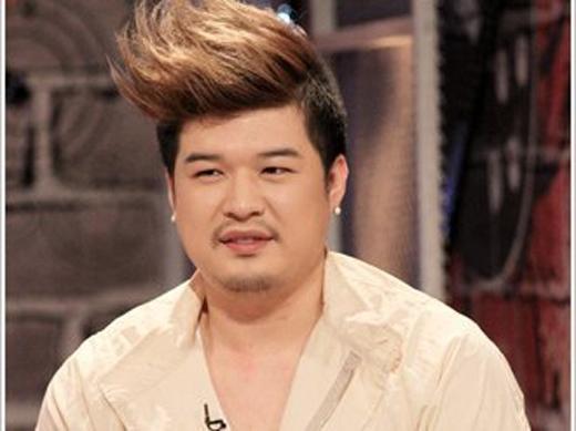 Anh chàng mũm mĩm Shindong (Super Junior) trở nên thật nam tính với bộ ria mép và kiểu tóc mang phong cách retro.