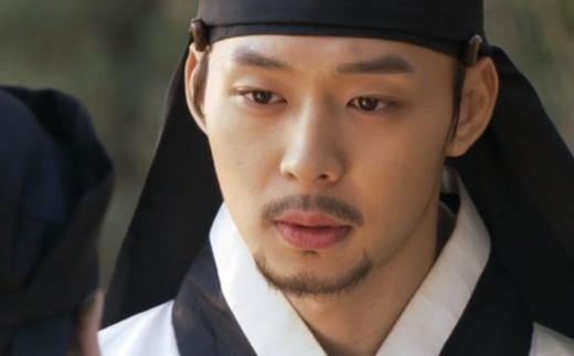 Gương mặt của Yoochuntrông vẫn rất đẹp trai dù được gắn thêm bộ râu.