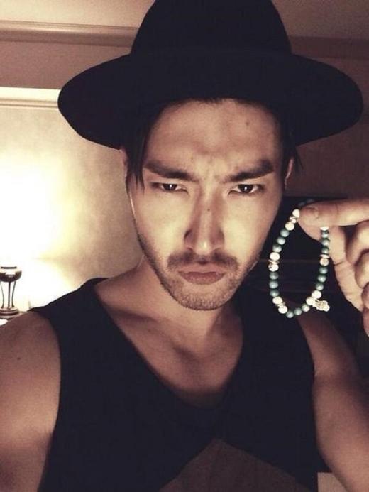 Siwon (Super Junior)trông thật quá nam tính và quyến rũ với bộ ria mép.Nhưng anh lại càng trông phong trần và bụi bặm hơn khi để cả râu quai nón.