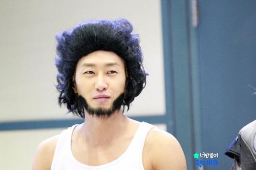 Người sói Eunhyuk (Super Junior) thật quá đáng yêu với bộ râu nhân tạo.
