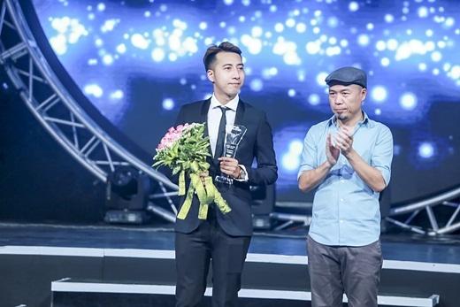 Only C lẻ bóng xuất hiện để thay mặt Isaac và Hoàng Touliver nhận giải Bài hát yêu thích tháng 7. - Tin sao Viet - Tin tuc sao Viet - Scandal sao Viet - Tin tuc cua Sao - Tin cua Sao