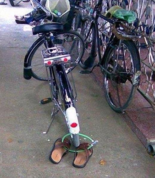 Đôi dép và xe đạp như hai người bạn thân không thể chia lìa.