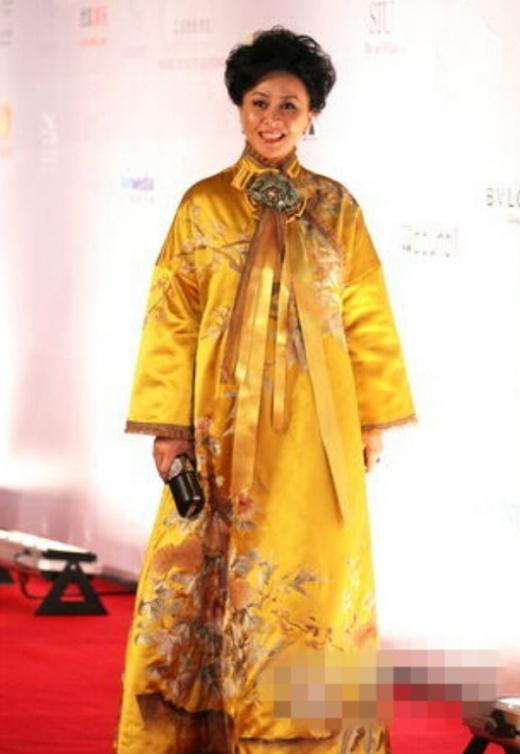 Lưu Gia Linh như mặc hoàng bào giống váy ngủ trên thảm đỏ.