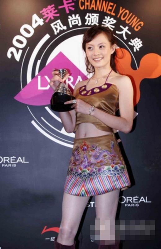 Tôn Lệ thời mặc váy ngắn họa tiết quê mùa khoe vòng hai nhận giải thưởng.