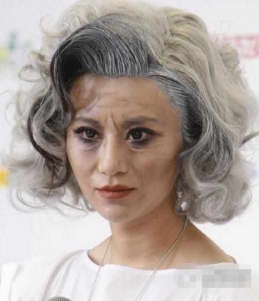 Thượng Văn Tiệp trang điểm như bà già khi đi sự kiện, đây là sự kiện khiến cô gây chú ý vì nhiều người so sánh thích gây trội như Lady Gaga.