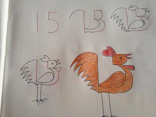 """Chú gà trống được vẽ ra từ con số 15 (tuy có hơi """"biếm họa"""" so với hình dáng thật một tí)."""