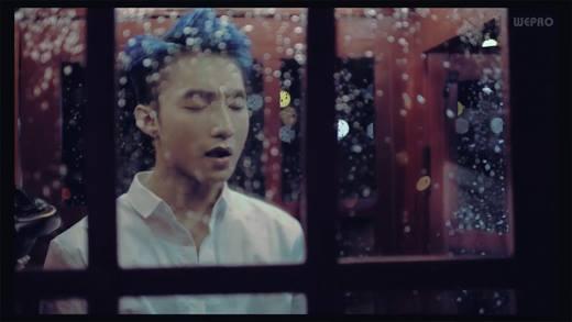 Trước đó, rạng sáng ngày 18/8, Sơn Tùng đã tung đoạn video hậu trường MV Âm  thầm bên em và khán giả không khỏi bất ngờ khi thấy nam ca sĩ xuất hiện ...