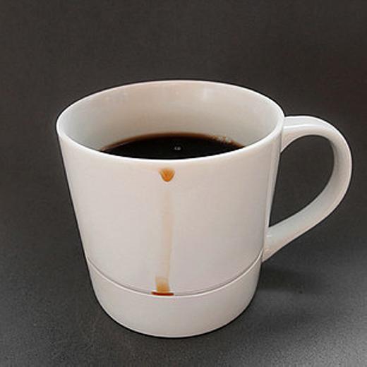 Với chiếc tách này, cà phê sẽ không bao giờ bị dính xuống bàn.