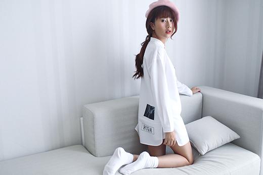 Quỳnh Anh Shyn khéo léo giấu đường cong trong chiếc áo phom rộng tông trắng thanh lịch. Cô nàng gây thích thú khi lựa chọn diện trang phục này theo mốt giấu quần đồng điệu về màu sắc và phối thêm chiếc mũ bê-rê hợp mốt.