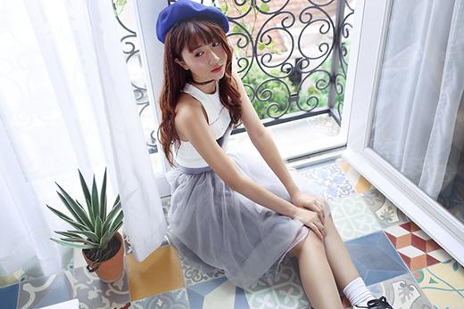 Điểm nhấn trong bộ trang phục này lại được tạo nên nhờ chiếc mũ bê-rê màu xanh cobant tươi trẻ, nổi bật.