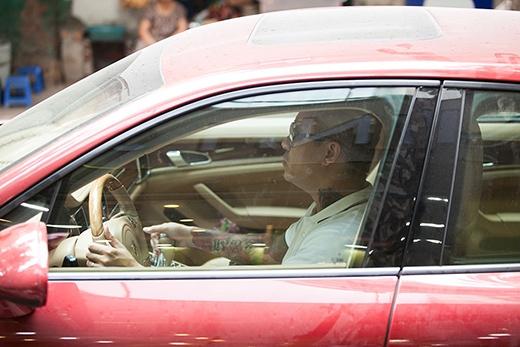 Theo quan sát, vì tóc quá ngắn không phải cắt nhiều nên chỉ một lúc là Tuấn Hưng trở ra lái siêu xe của mình đi rửa, trong lúc vợ vẫn đang làm tóc. - Tin sao Viet - Tin tuc sao Viet - Scandal sao Viet - Tin tuc cua Sao - Tin cua Sao