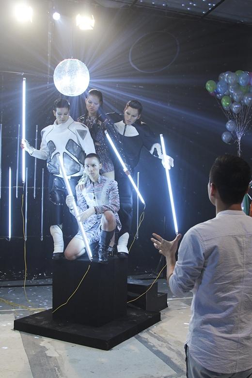 Futuristic - thời trang tương lai là thử thách của nhóm Hồng Vân, Hoàng Anh Tú, Hải Đăng và K'Brơi.
