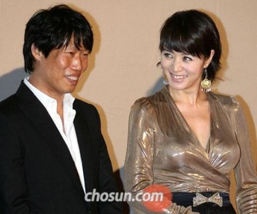 """Kim Hye Soo và Yoo Hae Jin đều sinh năm 1970. Cả hai gặp nhau lần đầu năm 2001 khi cùng tham gia bộ phim Kick The Moon. Năm 2006, hai người tiếp tục hợp tác trong phim Tazza: The High Rollers. Từ đây, mối quan hệ của họ dần tiến triển và trở thành tình yêu. Đôi tình nhân còn được một số tờ báo Hàn đặt biệt danh """"người đẹp và quái thú"""" nhằm ám chỉ sự khác biệt về ngoại hình giữa hai người."""