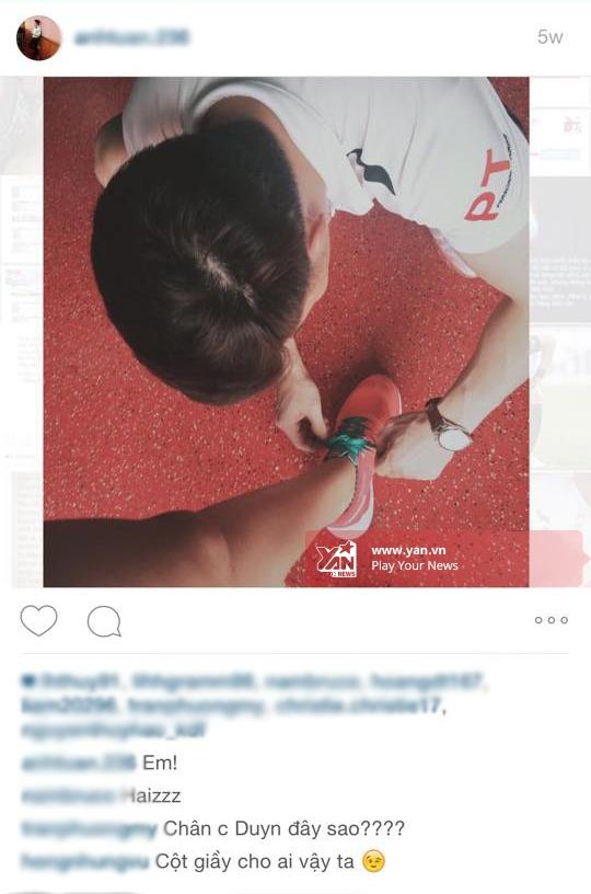 Trên instargram của anh chàng có bức ảnh đang cột giày cho cô gái. Một người bạn phát hiện ra và hỏi: Chân chị Duyên đây sao?. - Tin sao Viet - Tin tuc sao Viet - Scandal sao Viet - Tin tuc cua Sao - Tin cua Sao