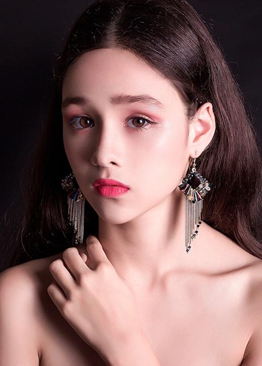 Người mẫu lai 13 tuổi hóa thiên nga xinh đẹp khiến dân mạng sửng sốt