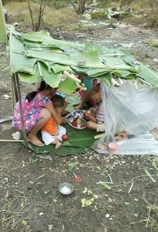 Một thời tuổi thơ của không ít các bạn trẻ: túp lều lá chuối của những trưa hè.