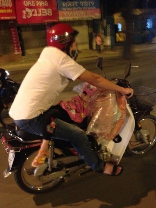 Để có chỗ cho con gái ngủ, ông bố này đã sáng tạo ra giường ngay trên xe máy thế này. Tuy nhiên, rất nhiều người đã tỏ ra vô cùng lo lắng cho sự an toàn của em bé.