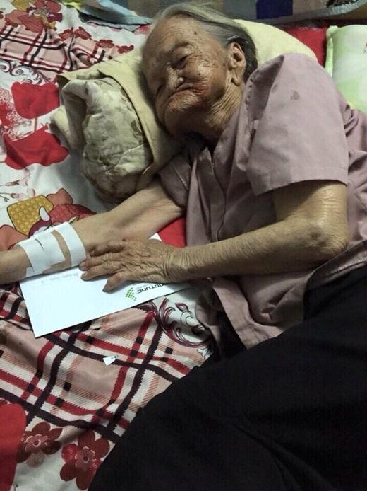 Bà cụ khoảng 100 tuổi đi bán vé số bị xe tông trúng