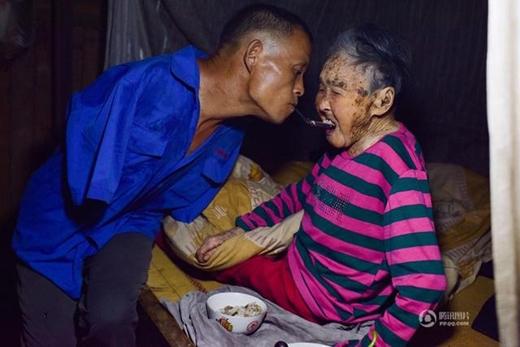 ... và chăm sóc cho mẹ rất chu đáo. Không có tay, nhưng mỗi ngày, ông vẫn có thể tự mình đút cơm cho mẹ.