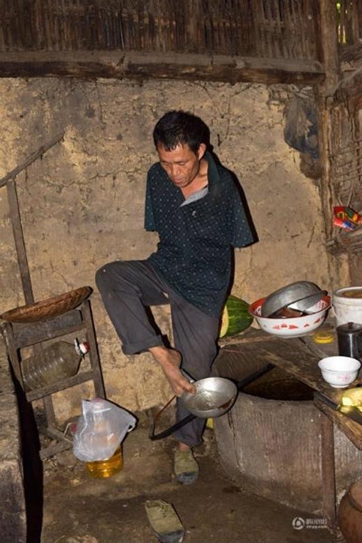 Những người dân trong làng đều nhận xét dù không có tay, nhưng ông còn làm việc nhanh hơn những người bình thường