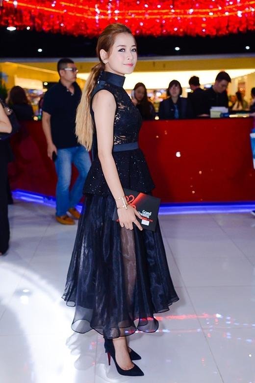 Tham dự một sự kiện thu hút nhiều tên tuổi lớn trong làng giải trí, Chi Pu đã chọn lựa phong cách gợi cảm khi phối giữa áo ren xuyên thấu cùng chân váy voan mỏng tang. Nhưng chính kiểu dáng trang phục này đã khiến hot girl đình đám già đi rất nhiều và hoàn toàn mờ nhạt.