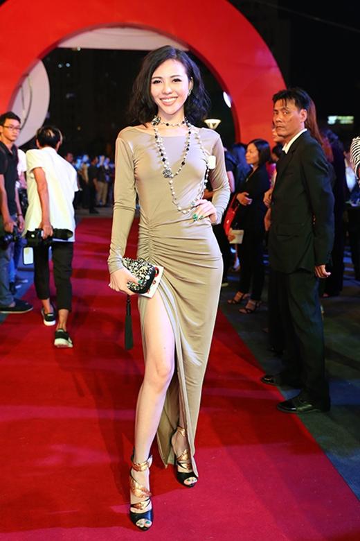 Thiết kế váy xẻ tà gợi cảm kết hợp bộ phụ kiện hàng hiệu không giúp cho người đẹp Trà Giang nổi bật mà còn dìm hàng người đẹp này trên thảm đỏ.