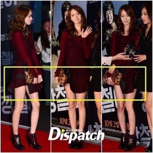 Yoona (SNSD) vẫn vô tư tạo dáng mà không hề ý thức được chiếc váy bị lật vạt của mình.