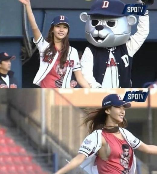 Đến tham gia trận đấu bóng chày với tư cách khách mời ném bóng, Kim Jung Min trở thành tâm điểm cho sự kiện này. Cụ thể, chiếc áo ba lỗ khoét khá sâu bên trong đã phản bội người đẹp khiến cả nội y bị lộ ra ngoài.