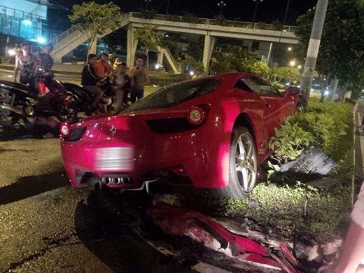 """Siêu xe Ferrari """"vỡ đầu"""" vì đâm cột điện tại Sài Gòn"""
