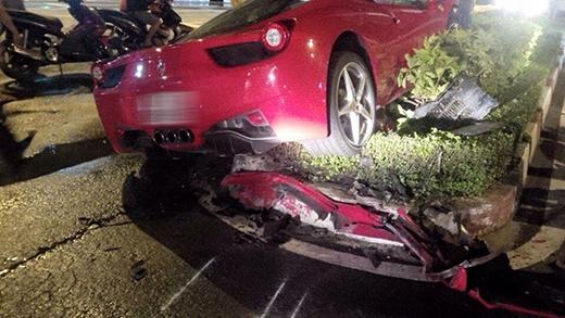 Siêu xe Ferrari leo dải phân cách rồi đâm vào cột điện tại TP HCM.
